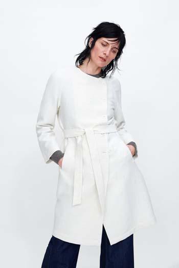 086c76c972b Τα φαρδιά, μεσάτα, τύπου καπαρντίνας, αλλά και τα καρό παλτό ή ημίπαλτο  είναι must για την σεζόν. Στα καταστήματα γυναικείων ρούχων ZARA, θα τα  βρείτε όλα.