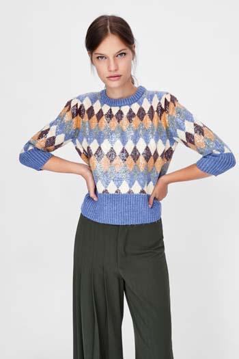 51bc528fce0 Για τις πιο κρύες ημέρες της σεζόν και για όμορφα χουχουλιάρικα σύνολα,  επιλέξτε ένα ζεστό oversize ή printed πουλόβερ. Ταιριάζει τόσο με όλων των  ειδών τα ...